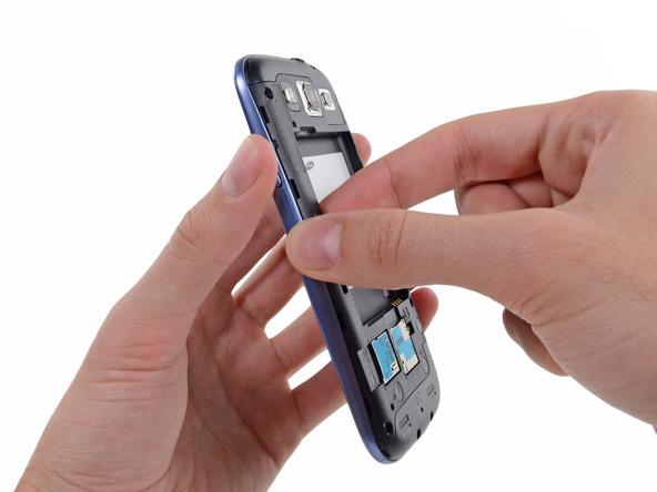 به آرامی گوشهای از فریم میانی Galaxy S3 تعمیری را با نوک قاب باز کن از روی بدنه گوشی بلند کنید.