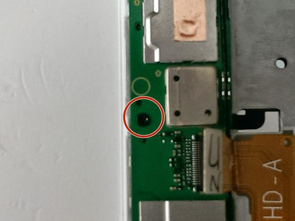 پیچ کنار کانکتور ویدئوی اسند جی 7 (Ascend G7) تعمیری را هم از روی برد گوشی باز کنید.
