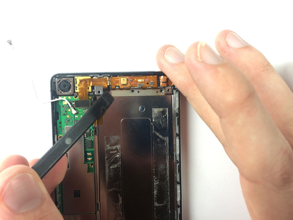 نوک اسپاتول سر صاف را از گوشه سمت چپ به زیر براکت میکرو USB فرو برده و خیلی آرام این براکت را به سمت بالا هدایت کنید تا از روی قاب Huawei Ascend P6 آزاد شود.
