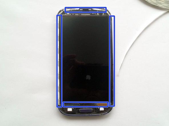 چسب نگهدارنده گلس LCD گوشی را در اطراف فریم آن نصب کنید. مکان هایی که باید چسب مذکور روی آن ها نصب شود در عکس فوق به صورت دقیق نمایش داده شده است.