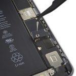 براکت کانکتور باتری آیفون 6S Plus تعمیری را با پنس از پنل پشت جدا کنید.