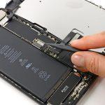 نکته: بعد از تعویض ویبراتور آیفون 7 پلاس و انجام تعمیرات لازم روی گوشی، باید تمام کانکتورهای آیفون را بار دیگر روی برد وصل کنید. به منظور وصل کردن کانکتورهای آیفون به وسط آن ها فشار وارد نکنید، چرا که این کار ممکن است منجر به شکستن و از بین رفتن کانکتور شود. برای وصل کردن کانکتورها، آن ها را روی محل نصب خود بر روی برد قرار داده و به یک سمت کانکتور فشار وارد کنید تا یک صدای تیک شنیده شود. سپس به سمت دیگر کانکتور هم فشار وارد نمایید تا صدای تیک دوم را هم بشنوید. به این صورت میتوانید کانکتورهای آیفون 7 پلاس را بعد از تعمیر گوشی روی برد نصب کنید.