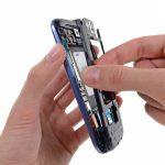 با انگشت فریم میانی را گرفته و کاملا از روی بدنه Galaxy S3 تعمیری جدا نمایید.