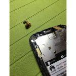 سنسور تشخیص نور محیط گوشی اسند G610 تعمیری را با پنس از گوشه قاب آن جدا کنید.