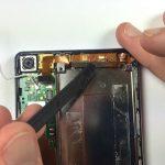 به آرامی نوک اسپاتول سر صاف را از گوشه سمت چپ به زیر براکت میکرو USB فرو برده و خیلی آرام این براکت و سیم آن را از روی قاب هوآوی اسند پی 6 (Ascend P6) تعمیری بلند کنید.