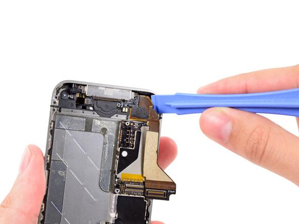 آیفون 4 تعمیری را مثل عکس ضمیمه شده به گونهای در دستتان بگیرید که سوکت شارژ گوشی در بالا قرار گیرد.