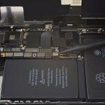 کانکتور باتری آیفون X تعمیری را به آرامی با نوک اسپاتول از روی برد آزاد کنید.