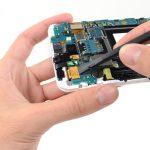 کانکتور ال سی دی یا همان صفحه نمایش گلکسی نوت تعمیری را با نوک پهن اسپاتول از روی برد گوشی آزاد کنید.