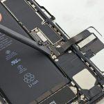 دو کانکتور ال سی دی آیفون 7 پلاس که در عکس نمایش داده شدهاند و درست در کنار کانکتور باتری گوشی قرار دارند را از روی برد جدا کنید.