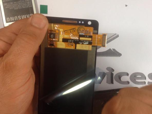 تاچ و ال سی دی جدید گلکسی اس 2 تعمیری را روی فریم ال سی دی قبلی گوشی نصب کنید.