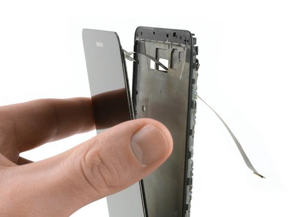 لبه زیرین تاچ ال سی دی میت 9 هوآوی (Huawei Mate 9) را با دست گرفته و خیلی آرام از روی فریم پشتش دور کنید تا سیم LCD از مجرای روی فریم پشت آن بیرون آید.