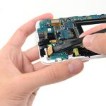 کانکتور صفحه نمایش گلکسی نوت تعمیری را با نوک پهن اسپاتول از روی برد گوشی آزاد کنید.