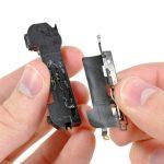 نوک قاب باز کن پلاستیکی یا پیک را به زیر سیم آنتن آیفون 4 فرو ببرید و به تدریج سیم آنتن گوشی را از روی اسپیکر آیفون جدا نمایید.