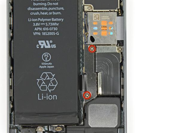 دو پیچ 1.6 میلیمتری که در عکس با رنگ قرمز نمایش داده شدهاند را باز کنید. این پیچ ها نگهدارنده براکت باتری آیفون SE هستند.