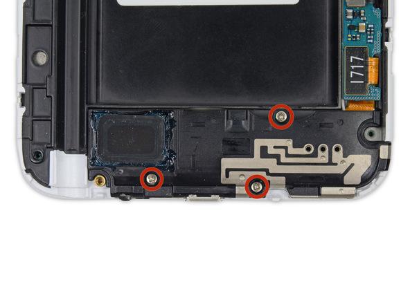 سه پیچ 3 میلیمتری که در عکس با رنگ قرمز مشخص شدهاند را با پیچ گوشتی فیلیپس #00 باز کنید. این پیچ ها نگهدارنده محفظه اسپیکر گلکسی نوت سامسونگ هستند.
