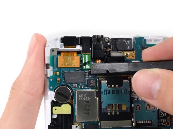 کانکتور دوربین سلفی گلکسی نوت تعمیری را از بخش فوقانی و سمت چپ برد آزاد کنید. این کانکتور دقیقا در کنار جک هدفون گوشی قرار دارد.