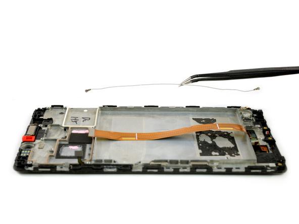 سیم آنتن میت 8 تعمیری را با پنس از روی فریم ال سی دی جدا کنید.