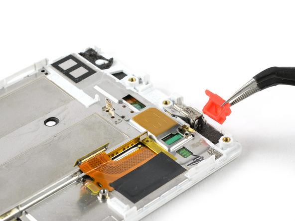 با نوک پنس واشر موتور ویبره هوآوی P8 تعمیری را از لبه سمت راست و فوقانی قاب این گوشی جدا کنید.