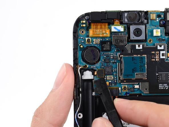 کانکتور دکمه پاور و موتور ویبراتور گلکسی نوت 2 تعمیری را با نوک اسپاتول از روی برد آزاد کنید. این کانکتور در عکس اول مشخص شده است.