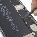 به آرامی با نوک اسپاتول، کانکتور باتری آیفون 6 اس پلاس تعمیری را از سوکت روی برد دور کنید. این کار سبب میشود تا احتمال قرار گرفتن کانکتور روی سوکت و انتقال انرژی ناخواسته از باتری به قطعات سخت افزاری گوشی در طول تعمیر جلوگیری شود.