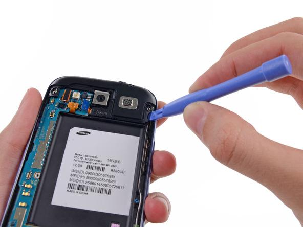 نوک قاب باز کن پلاستیکی را در گوشه سمت راست محفظه اسپیکر Galaxy S3 تعمیری قرار داده و آن را به سمت بالا هول دهید تا این بخش از محفظه اسپیکر از روی بدنه گوشی بلند شود.