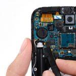 کانکتور دکمه پاور و موتور ویبراتور گوشی که در عکس اول نشان داده شده را با نوک اسپاتول از روی برد آزاد کنید.