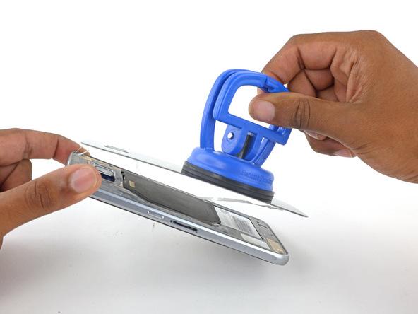 درب پشت گلکسی S6 Edge را کاملا از بدنه گوشی جدا کنید.