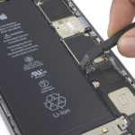 برای اطمینان از اینکه کانکتور باتری آیفون 6 اس پلاس تعمیری در ادامه به طور اتفاقی روی سوکت خود قرار نمیگیرد، با نوک اسپاتول آن را به سمت چپ هول دهید تا به صورت کاملا عمودی قرار گیرد.