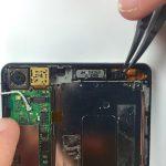 در گوشه سمت راست اسپیکر مکالمه هوآوی اسند P6 یک واشر پلاستیکی بسیار کوچک قرار دارد. با پنس این واشر را از قاب گوشی جدا نمایید.