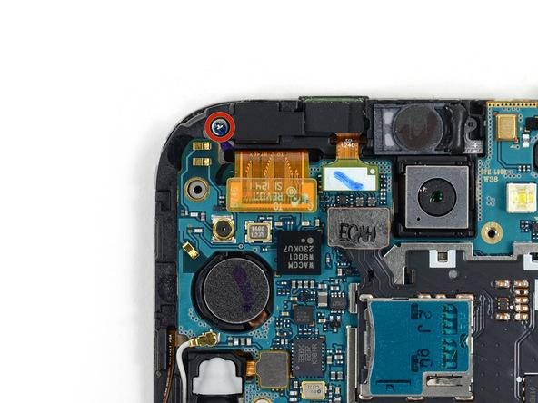 پیچ 3 میلیمتری که در عکس با رنگ قرمز مشخص شده را باز کنید. این پیک نگهدارنده براکت لنز دوربین سلفی گوشی است.