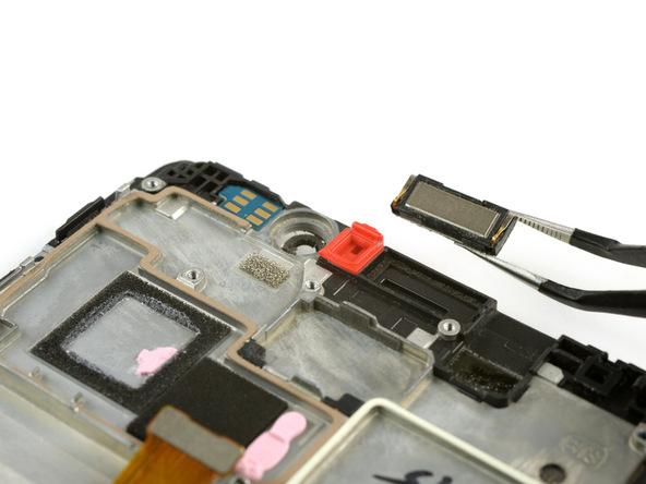 اسپیکر مکالمه میت 8 تعمیری را با پنس گرفته و از لبه فوقانی فریم ال سی دی جدا نمایید.