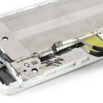 با نوک پنس دکمه ولوم و پاور هوآوی P8 تعمیری را گرفته و از لبه قاب گوشی جدا نمایید.