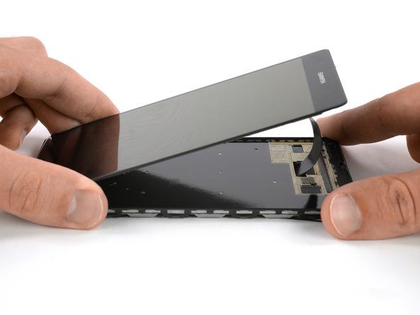 به آرامی لبه زیرین ال سی دی هوآوی P9 Plus (پی 9 پلاس) را از روی بدنه گوشی باند کنید و سیم و کانکتور آن را هم از مجرایی که روی قاب گوشی قرار دارد خارج نمایید تا ال سی دی دستگاه کاملا از قاب آن جدا شود.
