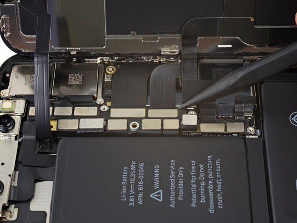 کانکتور صفحه نمایش آیفون X (ایکس) تعمیری را به آرامی با نوک اسپاتول از روی برد گوشی آزاد کنید.