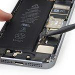نکته: در حین جداسازی کانکتور باتری آیفون SE تعمیری دقت کنید که فشاری روی برد و محل نشستن کانکتور وارد نشود. همچنین دقت کنید که نوک پنس یا اسپاتول به باتری گوشی برخورد نداشته و آسیبی به آن وارد نکند.