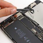 با نوک اسپاتول کانکتور بخش سنسورهای جلوی آیفون 7 پلاس تعمیری را از روی برد جدا کنید.