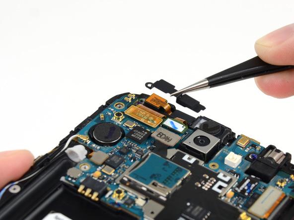 براکت دوربین سلفی گلکسی نوت 2 تعمیری را با پنس گرفته و از روی آن جدا کنید.