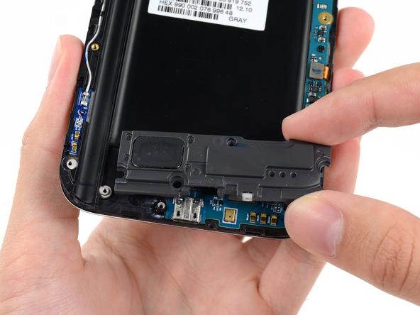 محفظه اسپیکر گلکسی نوت 2 تعمیری را با انگشت گرفته و خیلی آرام با آن بازی کنید تا شل شده و آماده جداسازی شود.