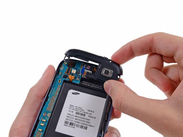 محفظه اسپیکر گلکسی اس 3 تعمیری را با انگشت گرفته و از روی بدنه گوشی جدا کنید.