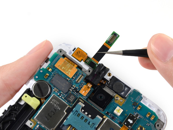 لنز دوربین سلفی گلکسی نوت تعمیری را با پنس گرفته و از برد آن جدا کنید.
