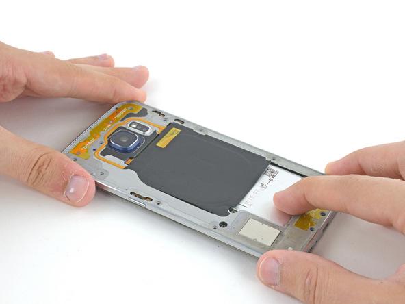 روی بدنه اصلی Galaxy S6 Edge یک فریم پلاستیکی قرار دارد که اصطلاحا به آن فریم میانی (Mid-Frame) گفته میشود. مثل عکس اول گلکسی اس 6 اج تعمیری را روی یک سطح صاف قرار داده و با انگشتان شصت خود دو گوشه فریم را بگیرید.