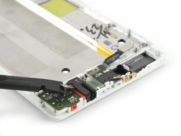 نوک پنس را خیلی آرام زیر کانکتور جک هدفون هوآوی P8 تعمیری قرار داده و آن را از روی برد ثانویه گوشی آزاد کنید.