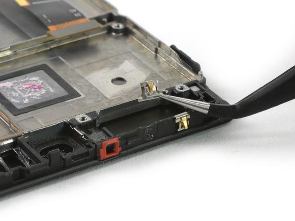 با نوک پنس دو کلیپس یا گیره فلزی که در لبه فوقانی قاب هوآوی پی 9 پلاس برای محکم نگه داشتن لنز دوربین اصلی دستگاه نصب شده را از این قسمت جدا کنید.