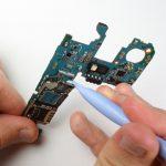 کانکتور مجموعه سیم کارت گلکسی اس 5 مینی تعمیری را از روی برد گوشی باز کنید.