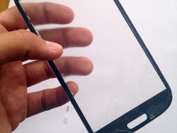 اگر قصد دارید روی گلس جدید گوشی محافظ ضد خش نصب کنید، بهتر است در همین مرحله این کار را انجام دهید.