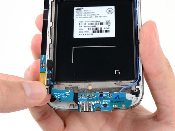 سوکت شارژ یا برد ثانویه گوشی را با انگشت گرفته و کامل از بدنه آن جدا کنید.