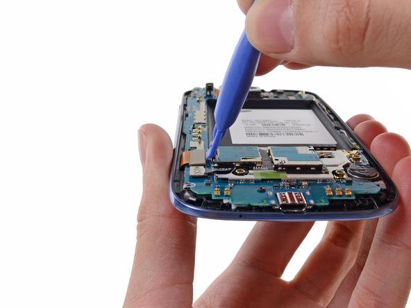 کانکتور ال سی دی Galaxy S3 تعمیری را با نوک قاب باز کن پلاستیکی یا لبه پهن اسپاتول از لبه مادربرد باز کنید.