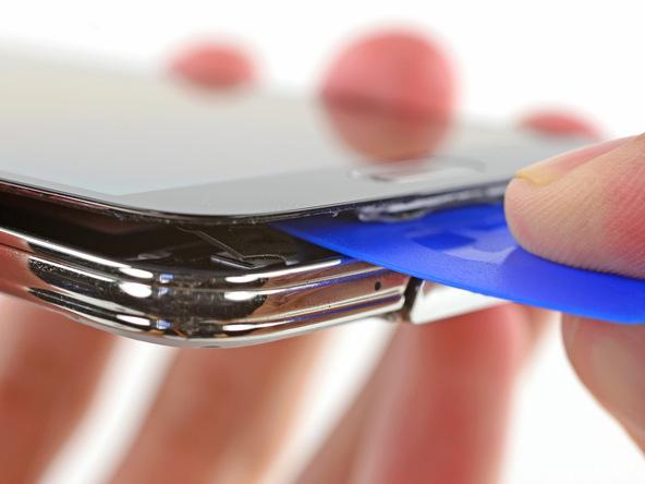 اگر احساس کردید که لبه زیرین نمایشگر گلکسی اس 5 تعمیری در برابر بلند شدن از روی بدنه اصلی گوشی از خود مقاومت نشان میدهد، یک پیک را دوباره در این قسمت فرو کرده و سعی کنید بخش هایی که در برابر بلند شدن نمایشگر در این قسمت مقاومت میکنند را آزاد کنید.