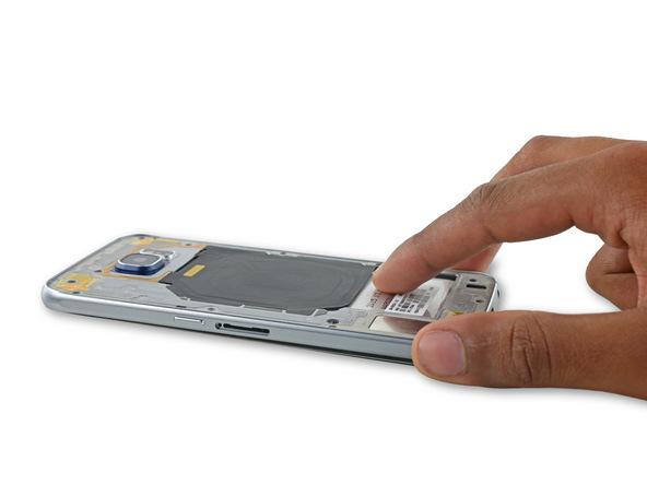 حالا نوبت به بلند کردن فریم میانی گلکسی اس 6 تعمیری از روی بدنه اصلی گوشی میرسد. لبه زیرین این فریم را مثل عکس های ضمیمه شده با انگشت شست نگه دارید. با انگشت اشاره خود باتری گوشی را رو به سمت پایین فشار دهید و همزمان با این کار از انگشت شست خود برای کشیدن فریم میانی به سمت بالا استفاده کنید. بدین ترتیب فریم میانی گلکسی اس 6 تعمیری از روی بدنه اصلی گوشی بلند میشود.