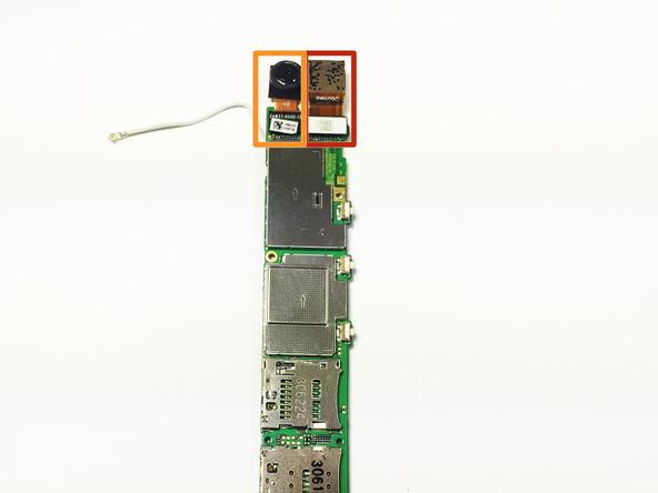 با نوک اسپاتول یا قاب باز کن کانکتور لنز دوربین اصلی هوآوی اسند پی 6 (Ascend P6) تعمیری را از لبه فوقانی برد گوشی آزاد کنید.